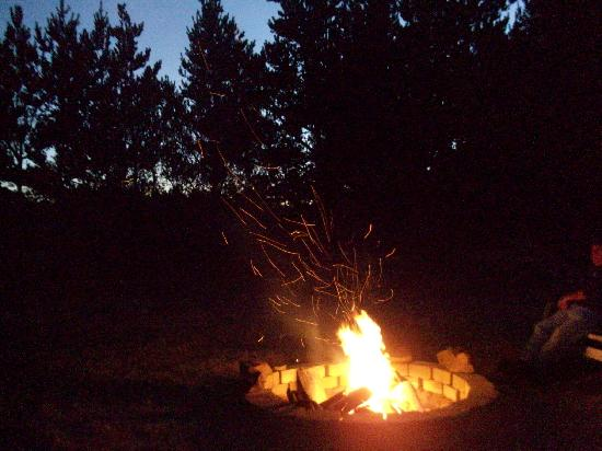 Arcadia Court Hotel: Fire pit at night