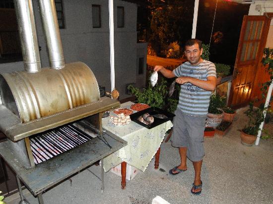 Hilal Pension: Suleyman beim BBQ