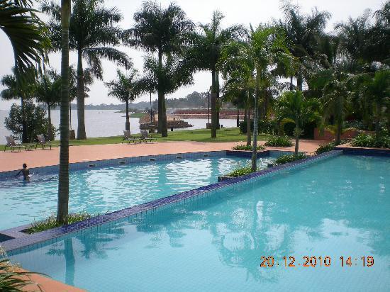 Munyonyo Commonwealth Resort: La piscina e il lago Vittoria
