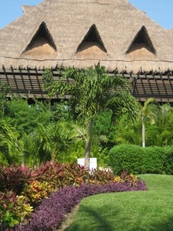 Mayan Palace at Vidanta Riviera Maya: vegetation along walkway from unit to pool