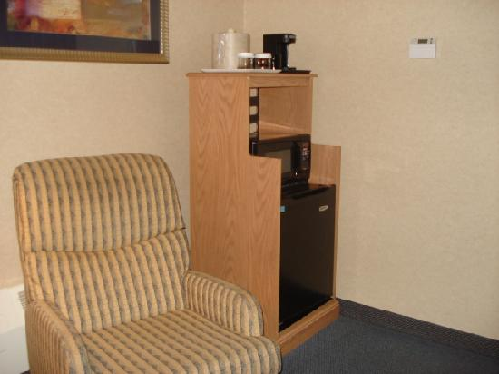 Marco LaGuardia Hotel by Lexington: Recliner next to fridge and microwave