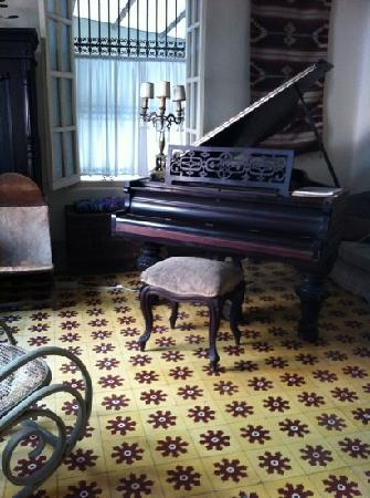 Casa Mexilio Guest House: the piano