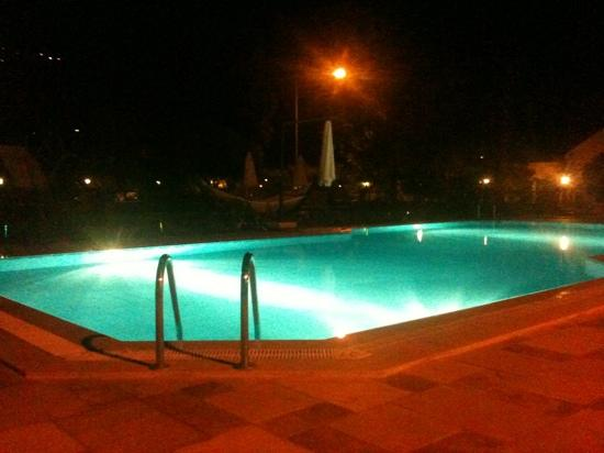 Hotel Asiyan: pool area by night
