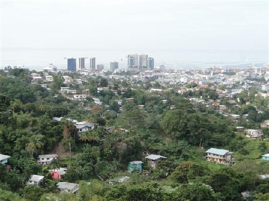 Alicia's Palace: .....Blick auf Port of Spain...
