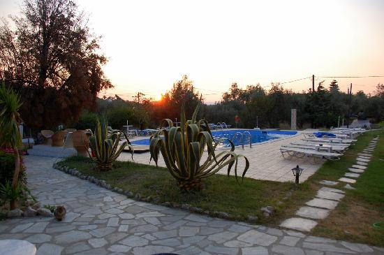 Hotel Galini: Sunrise over the pool
