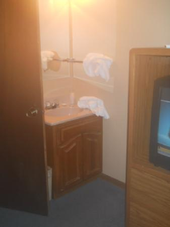 Americas Best Value Inn: sink outside bathroom :S