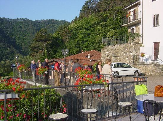 Villaggio Antiche Terre Hotel & Resort: Il davanzale stimola la lettura all'aperto