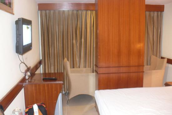 Hotel Nandhini Minerva Circle: LCD TV, fridge (beer and cool drinks), two arm chairs, Bed with clean linens