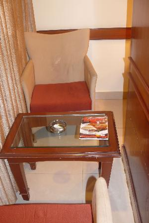 Hotel Nandhini Minerva Circle: Arm chairs with table