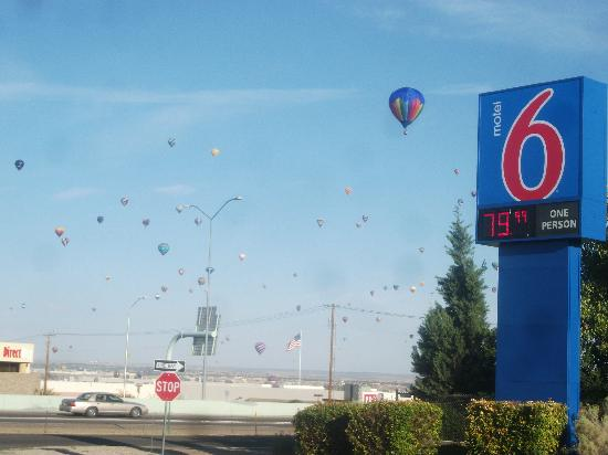 Motel 6 Albuquerque North : Loved that the balloons were literally flying over our heads!