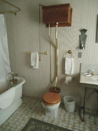 Inn at Weston Landing: Surprise bathroom