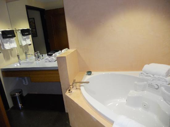 Inn at The Black Olive : The bathroom