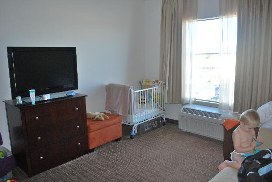 Homewood Suites St. Louis - Galleria: living room/crib