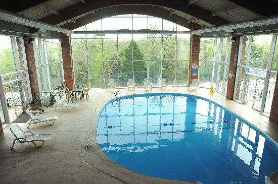 Southern Oaks Inn: Indoor Pool with 2 Sun Decks