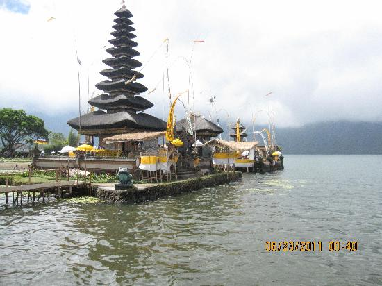 Taksu Holiday Club: temple in the water