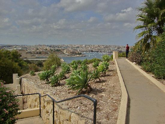 The Phoenicia Malta: The gardens with view of the harbor
