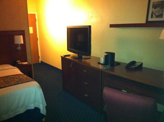 Courtyard by Marriott Memphis Airport: nice tv and desk