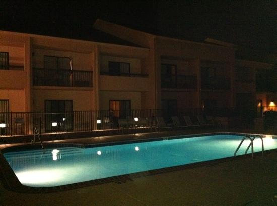Courtyard by Marriott Memphis Airport: pool