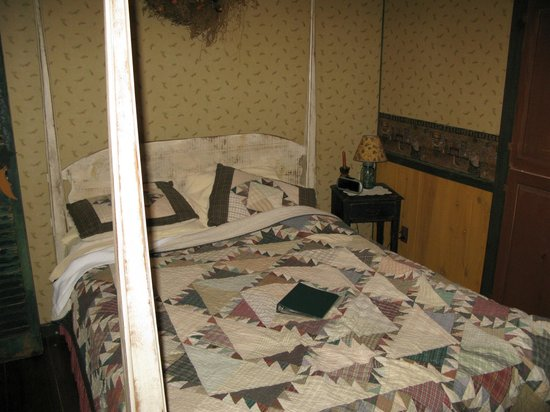 The Inn at Narrows Creek : Bed in the lodge suite