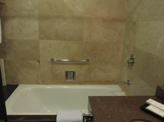 Crown Regency Hotel Makati: Bathtub