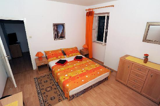 Carrara Accommodation: Apartment 3*