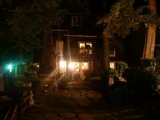Lake Rabun Hotel & Restaurant: Exterior at night