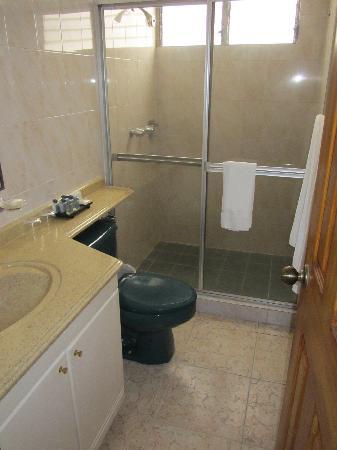 AZ Hotel & Suites: baño