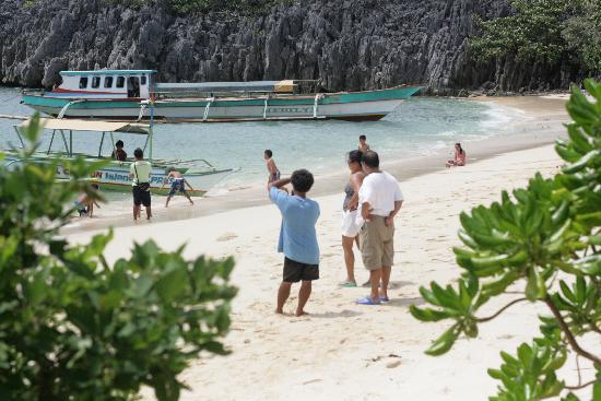 Caramoan, ฟิลิปปินส์: In one of the islands near Breeze and waves