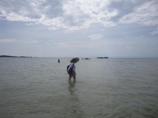 Caramoan, ฟิลิปปินส์: At the Sandbar island,, about an hour boat ride from Breeze and waves