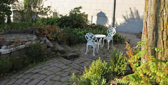 Solglimt Bed & Breakfast: Another seating area on their quaint patio outside.