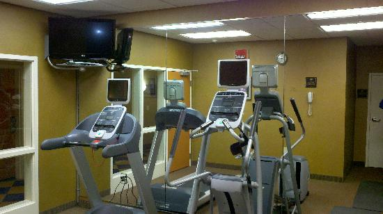 Homewood Suites by Hilton Cincinnati-Milford: Elliptical and treadmill in workout room
