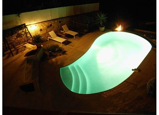 Maison Louijane : The pool at night