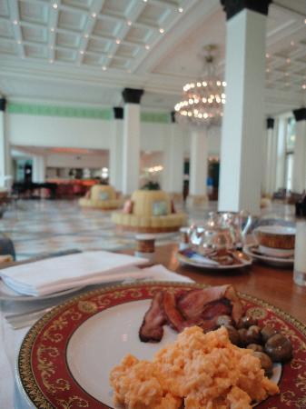 Palazzo Versace: Breakfast overlooking the lobby