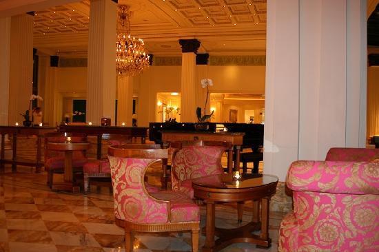 Palazzo Versace: Enjoying a drink at the bar