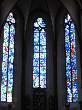 St. Stephan's Church (Stephanskirche): シャガール作 聖書を題材としたステンドグラス