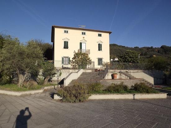 Villa Vezzani: L'edificio principale