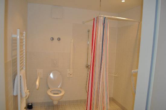 Schoenhouse Apartments: the toilet