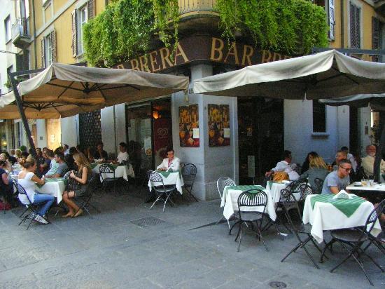 Quartier Brera : In den zahlreichen Cafés und Bars genießt man sein Getränk unter freiem Himmel ohne Autoabgase
