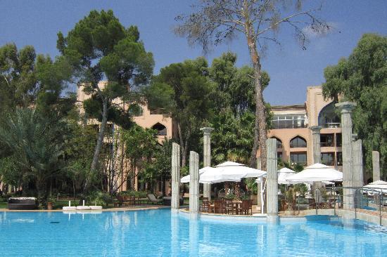 Es Saadi Marrakech Resort - Palace : Vue de la piscine et de l'hôtel