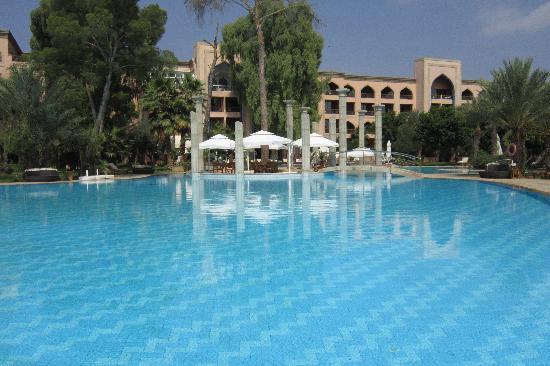 Es Saadi Marrakech Resort - Palace : Autre vue de la piscine et de l'hôtel