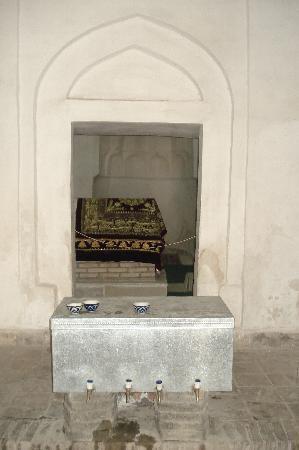 Chasma Ayub Mausoleum: the grave