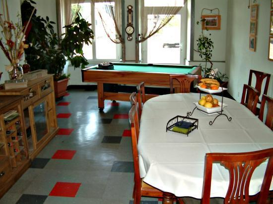 La Licorne Pourpre : Salle du petit déjeuner -billard