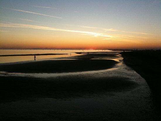 Laguna Palace Hotel: Beach at sunset