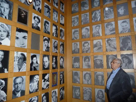 พิพิธภัณฑ์ภาพยนตร์แห่งชาติ: Um memorial de variadas fotos e telas animadas.