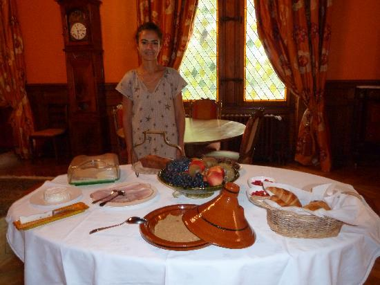 Manoir de la Malartrie: Ouafaa at the breakfast table