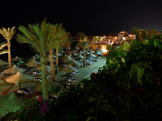Island View Resort: Fatimas restaurant at night (must try)