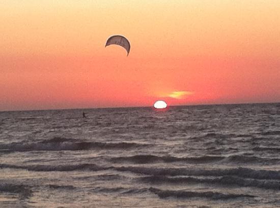Caravia Beach Hotel: Sonnenuntergang mit Kitesurfer