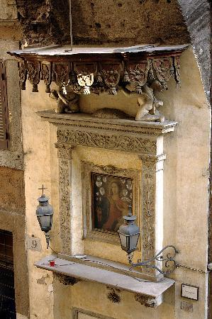 Hotel Le Clarisse al Pantheon: The shrine outside my window