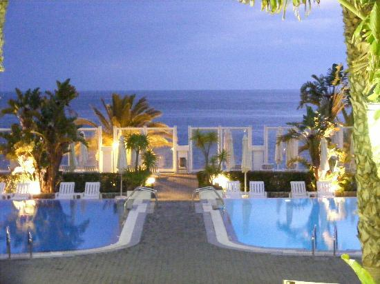 Hotel Riu Palace Madeira: The pool at night