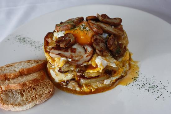 Restaurante Olazal: Huevos rotos con patata y hongos